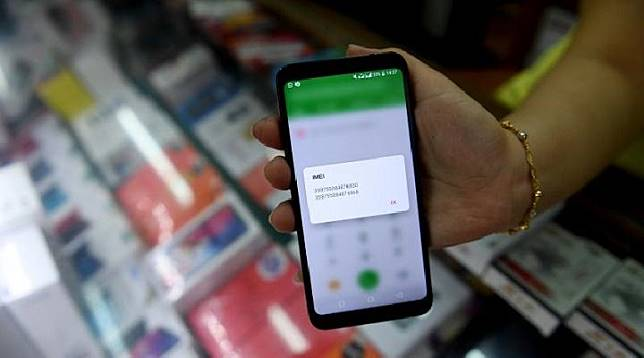 Pedagang memeriksa nomor identitas ponsel (IMEI) dagangannya di Jakarta, Jumat (5/7/2019). Pemerintah akan mengeluarkan regulasi untuk memblokir ponsel selundupan atau
