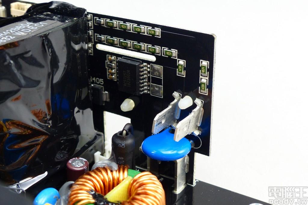 市電輸入側先行經過子電路板,透過 Allegro MicroSystems ACS725KMA 電流感應 IC 獲取資訊,同時也將藍色的突波吸收器焊在此電路板