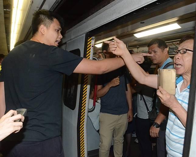有乘客與示威者對罵。