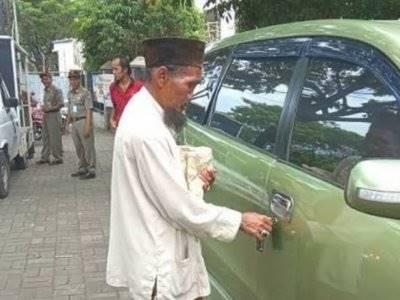 Pengemis Tua Ini Bawa Mobil Avanza Untuk Mengemis