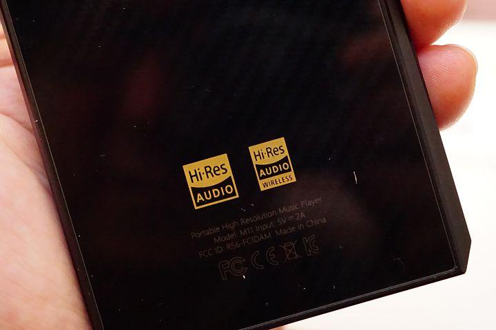 機身背面則有 Hi-Res 的雙認證標誌。