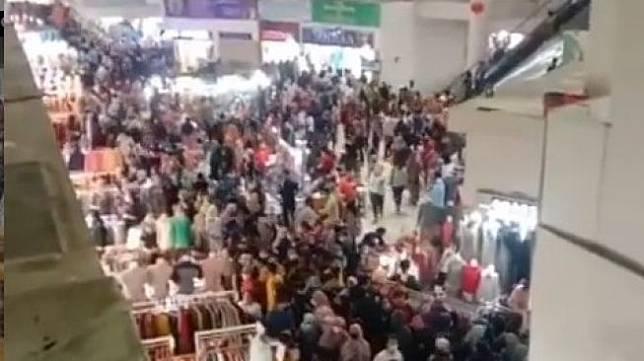 Pengunjung berdesakan di Pasar Tanah Abang (IG)