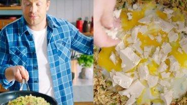 電視名廚 Jamie Oliver 示範炒飯「加果醬」又拿去沖冷水,網友狂噓:看起來像噴!