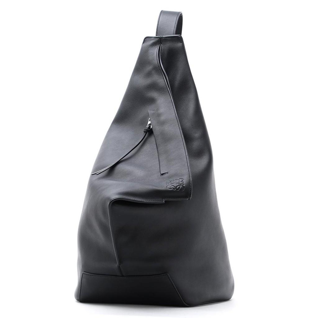 專櫃原價約 NTD$88,000 精緻的背包,採用現代柔軟的雕塑輪廓,非常適合輕鬆通勤。 可調節肩帶成舒適的長度,可在前背或後面攜帶。 主要特點:經典小牛皮,棉質帆布襯裡 頂部拉鍊開合,外部拉鍊前袋,