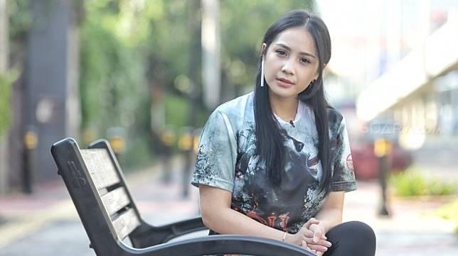 Artis Nagita Slavina berpose saat berkunjung di kantor Redaksi Suara.com, Jakarta, Kamis (25/4). [Suara.com/Muhaimin A Untung]