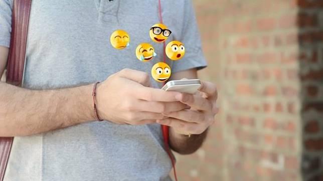 Ilustrasi seorang lelaki chat menggunakan emoji. [Shutterstock]