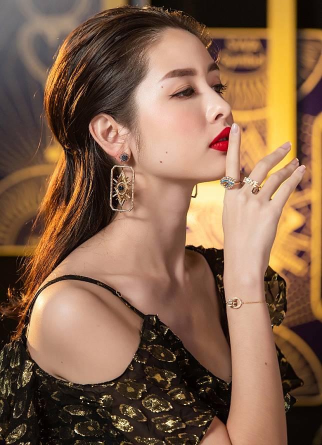 Tarot Magic耳環的金色調及水晶細節,為塔羅牌的精美插圖注入閃亮迷人的光彩。(互聯網)