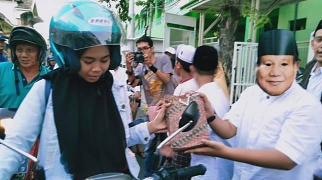 Unik, Siswa Madrasah Pakai Topeng Jokowi dan Prabowo Saat Bagikan Takjil