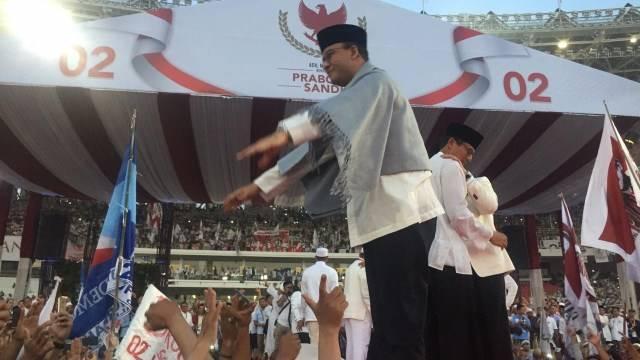 Gubernur DKI Jakarta, Anies Baswedan menyapa pendukung di kampanye akbar Foto: Mirsan Simamora/kumparan