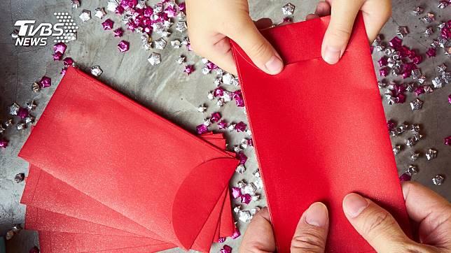許多民眾都期望在農曆新年期間可以收到1個大紅包。(示意圖/TVBS)