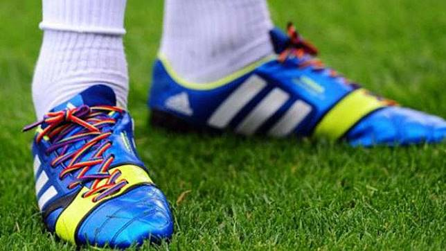 Kampanye tali sepatu pelangi untuk mendukung LGBT