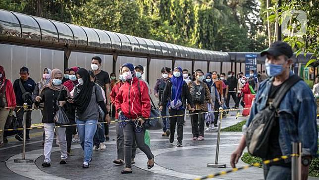 Penumpang KRL berjalan di Stasiun Tanah Abang, Jakarta Pusat, Kamis (4/2/2021) sore. Menurut keterangan petugas, antrean panjang tersebut hampir terjadi setiap harinya saat bulan Ramadhan. (UNIKOLOGI.COM/Faizal Fanani)