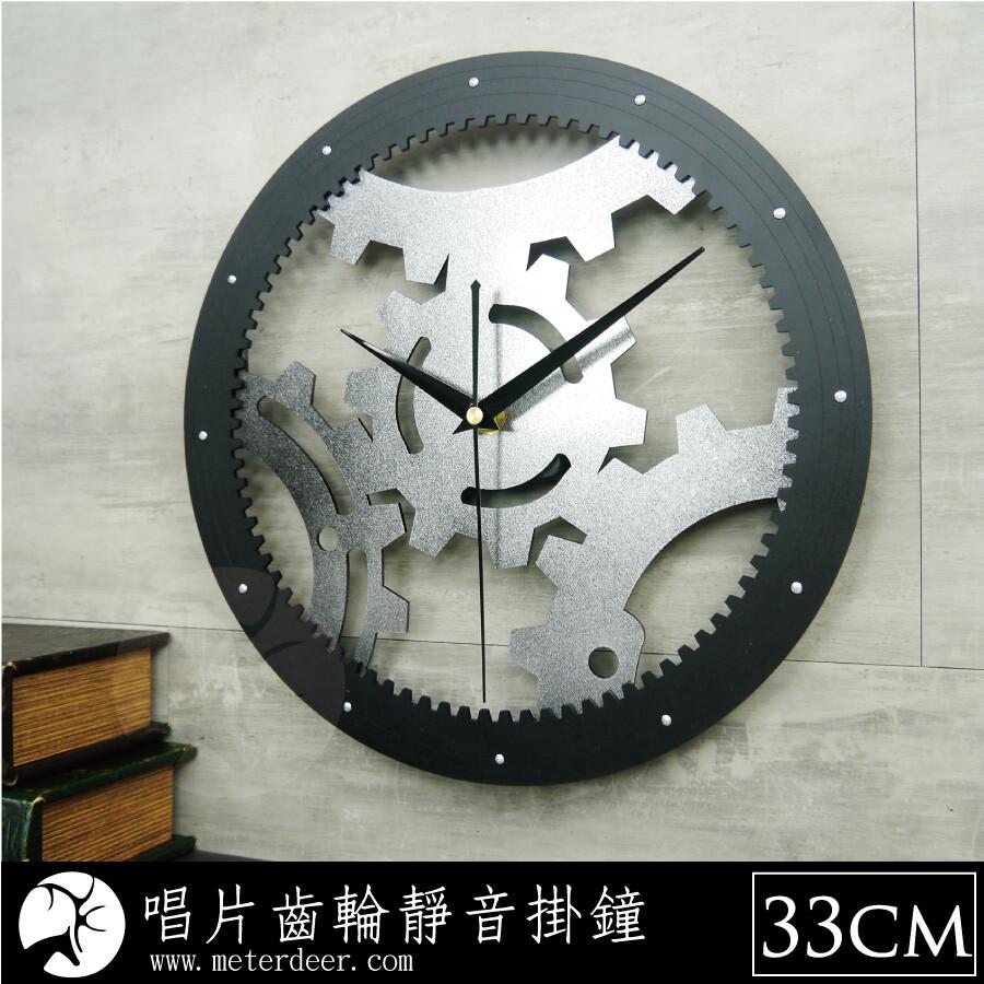 【商品信息】 名稱 : 立體霧面黑膠唱片 齒輪創意時鐘 時鐘尺寸 : 小款約 30 x 30 cm 、大款約 33 x 33 cm 材質 : 高級進口壓克力、特製金屬指針 顏色/款式 : 單一規格 使