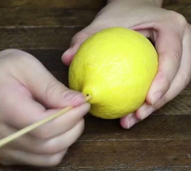 新鮮檸檬搓軟後,榨出檸檬汁。(互聯網)