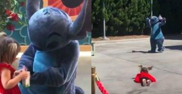 超暖心!迪士尼人偶見小女孩跌倒卻「不扶她」,背後原因是這樣…