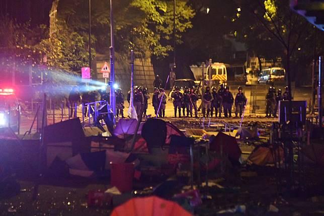 防暴警察在理大外駐守。
