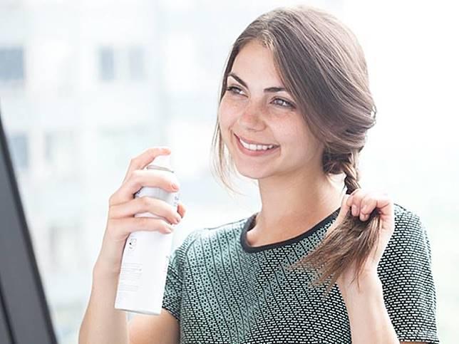 5 Dry Shampoo Terbaik untuk Kamu Pemilik Rambut Kering aa703a5473