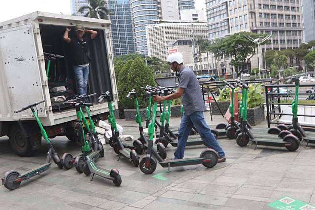 Workers load GrabWheels electronic scooters onto a truck in Senayan, Jakarta, on Nov. 14. The Jakarta administration restricted the use of scooters following an accident that killed two riders.