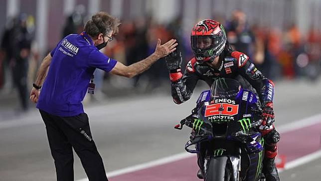 Fabio Quartararo mendapat selamat dari kru tim Yamaha usai menang MotoGP Doha, Senin (05/04/2021) dini hari WIB. (KARIM JAAFAR / AFP)