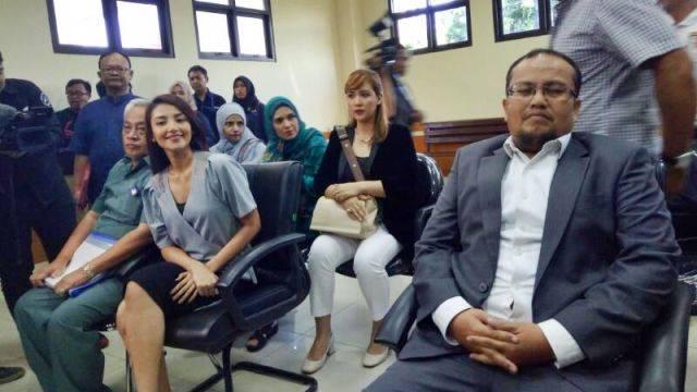 Tsania Marwa dan Kuasa Hukum Atalarik Syach (Foto: D.N. Mustika/kumparan)