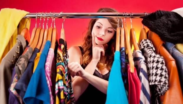 Ilustrasi wanita memilih pakaian. Chronich.ru