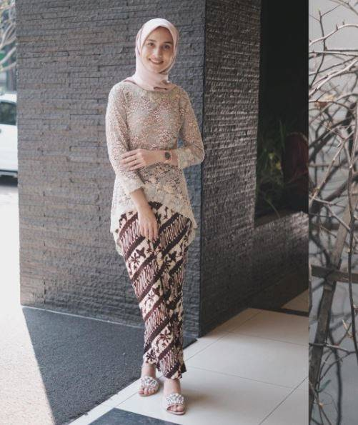 Inspirasi Outfit Pendamping Wisuda Biar Kece Saat Pacar Jadi Sarjana