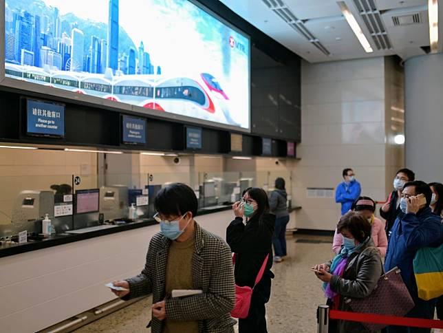 大批乘客在西九龍高鐵站改票及退票。