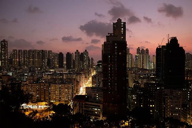 夜裡的深水埗也車水馬龍,盡現香港繁忙都市特色。