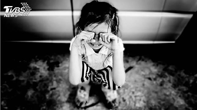 印度一名3歲女童遭惡狼性侵導致下體重傷,還被丟包在路邊。(示意圖/TVBS)