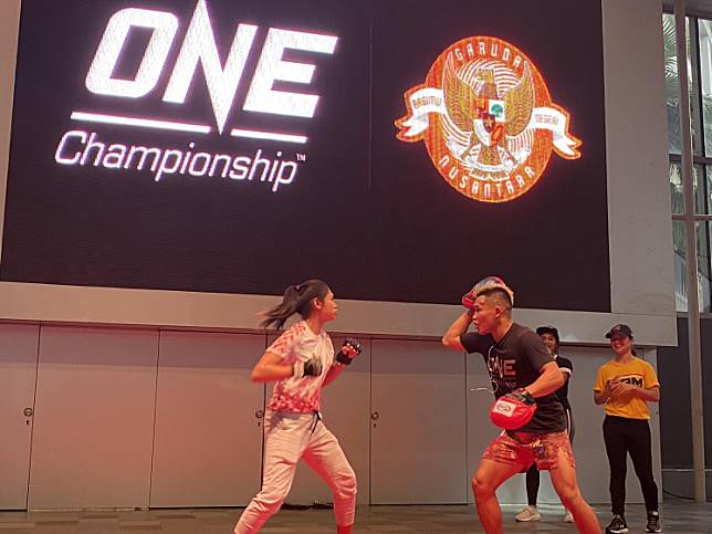 Testing the waters: Indonesian  soccer protege Zahra Muzdalifah (left) trains in mixed martial arts  with ONE Championship MMA athlete Adrian Mattheis during an event at Gandaria City shopping mall on Saturday. The event was held prior to the ONE Championship bout, dubbed ONE: Warriors Code, which is slated to be held at Istora Senayan Stadium on Feb.7.