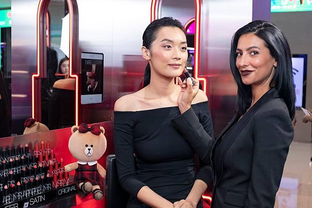 明星化妝師Sara Helou(右)分享她對畫唇的心得。