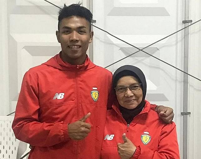 Indonesian sprinter Lalu Muhammad Zohri (left) and his coach Eni Nuraini.