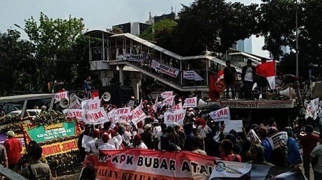 Sekelompok massa yang mengatasnamakan Masyarakat Peduli KPK, Himpunan Aktivis Millenial dan Aliansi Relawan Jokowi (ARJ), menggelar demonstrasi di depan Gedung KPK, Kuningan, Jakarta Selatan, Senin (16/9/2019). (Suara.com/M. Yasir)