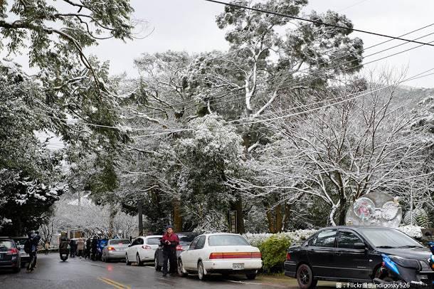 交通局提醒,自2016年來的降雪,時隔兩年陽明山有機降雪,為維護陽明山區下雪時期交通安全與流暢,將實施分階段交通管制。圖:Flickr提供indigosky526開放權限