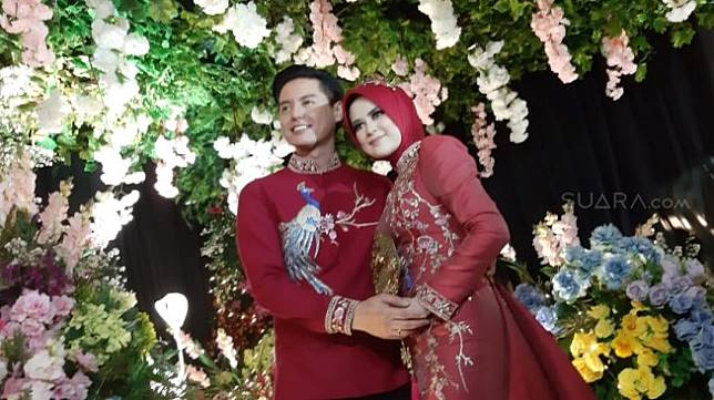 Roger Danuarta dan Cut Meyriska sebelum resepsi pernikahan di Hotel Ritz Carlton Pacific Place, Jakarta Selatan, Minggu (25/8/2019).