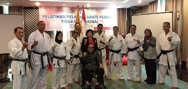 Anton Lesiangi (berkursi roda) bersama jajaran pengurus inti Perguruan Lembaga Karate-Do Indonesia (Lemkari). (dok.Lemkari)