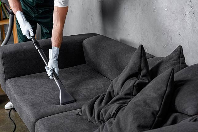 ▲傢俱噴上防水噴霧、用衣物柔軟精擦拭家電,就能降低居家灰塵堆積。(圖/信義居家提供)