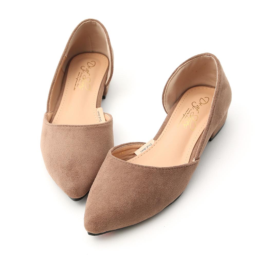 今年鞋櫃裡一定要擁有的百搭素面鞋 優雅的尖頭楦型塑造俐落的時尚風格 側挖空的設計展現最迷人的時尚魅力 細緻的麂皮絨鞋面大大提升整體質感 多樣色系讓人每一色都好想擁有~ 採用橡膠防滑鞋底,具有超優的防滑