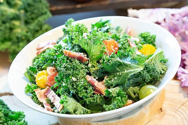 餐廳提供使用當地食材嘅特色料理,包括採用鐮倉火腿炮製嘅凱撒沙律。(互聯網)