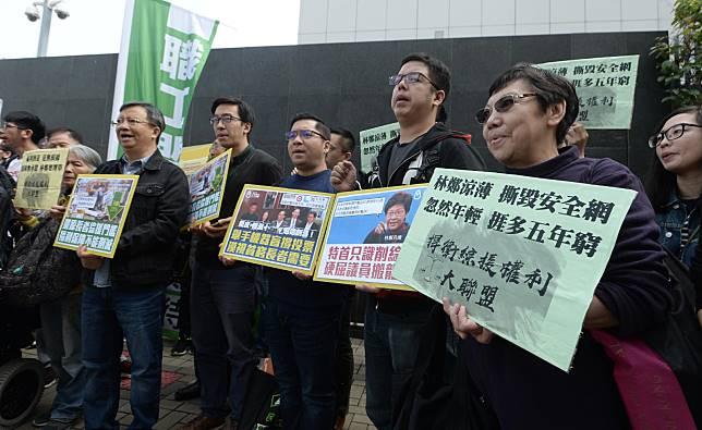 團體抗議政府收緊長者綜合援助年齡資格。
