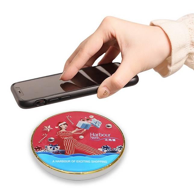 The Point會員只需於場內消費、登記及扣減積分,就有機會換領商場獨家的聖誕限量版無線充電器乙個。(互聯網)