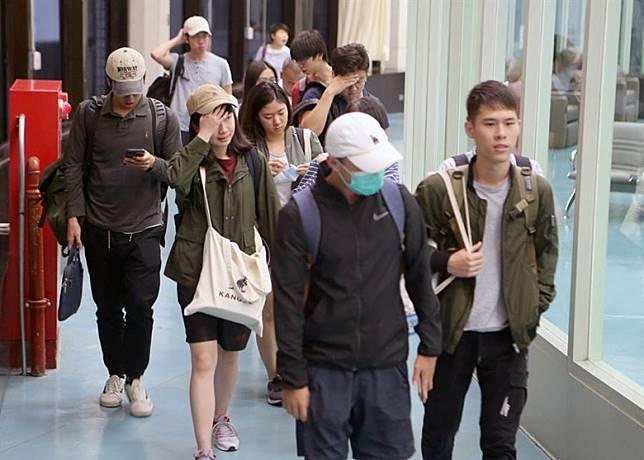 多名台生獲安排下返抵台灣。(中時電子報圖片)