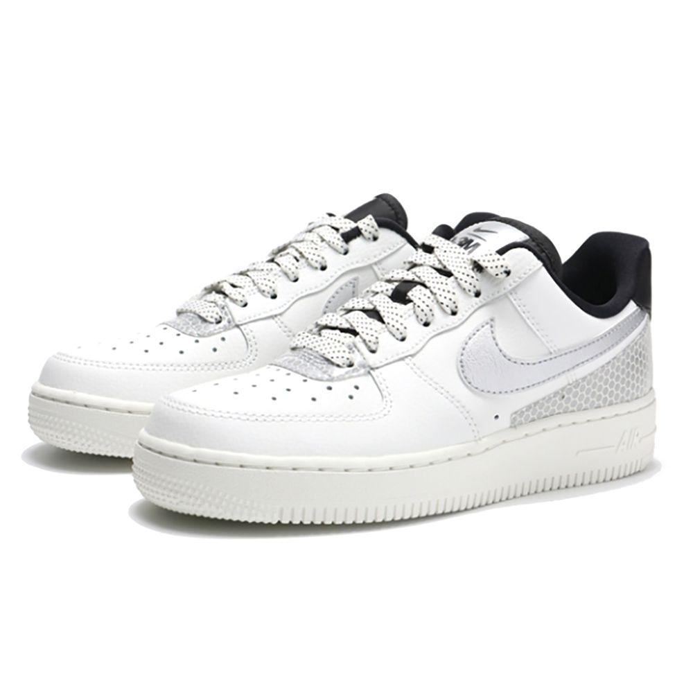 NikeAirForce1'07SE女子運動鞋革新元年款籃球鞋設計,融合新穎的3M™元素與人們所熟知的特色:利落皮革、醒目配色和恰到好處的亮澤效果,閃耀經典魅力,令你光彩奪目。出眾3M™細節。