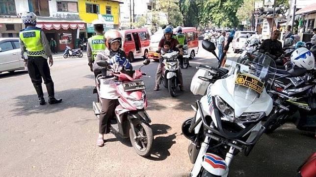 Operasi gabungan yang digelar Samsat Cianjur, Dishub Cianjur, Jasa Raharja, Polres Cianjur, dan POM TNI, di Jalan Siliwangi kembali menjaring kendaraan dinas pelat merah, Selasa (17/9/2019).