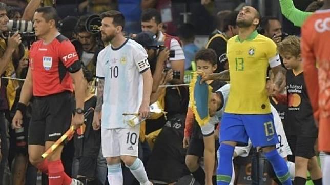 Kapten Argentina Lionel Messi dan kapten Brasil Dani Alves saat semifinal Copa America 2019 di Mineirao Stadium, Belo Horizonte. (Luis Acosta / AFP)