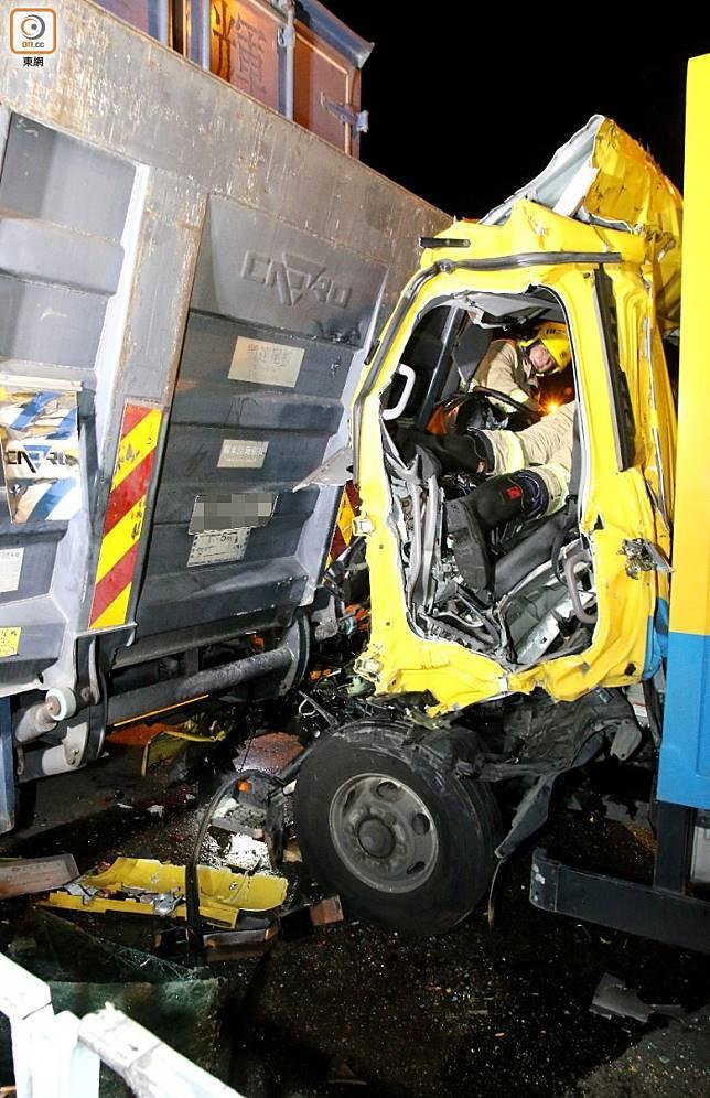 貨車車頭損毀嚴重,司機乘客被困。(梁國雄攝)