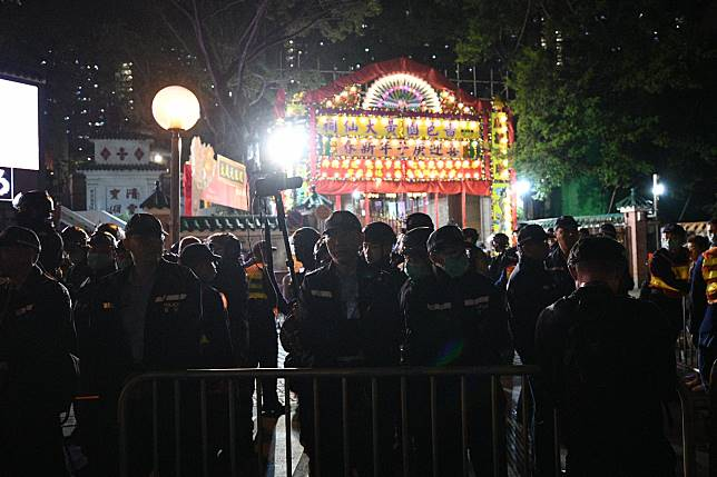 警方驅趕聚集人群要求離開