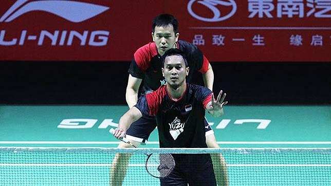 Ganda putra Indonesia Hendra Setiawan dan Mohammad Ahsan saat berhadapan dengan pasangan Cina Zhang Nan/Ou Xuanyi di babak kedua turnamen Fuzhou China Open 2019. Lolos ke perempat final, pasangan yang dijuluki The Daddies ini menang dramatis dengan skor 11-21, 21-18, 30-29. Badmintonindonesia.org