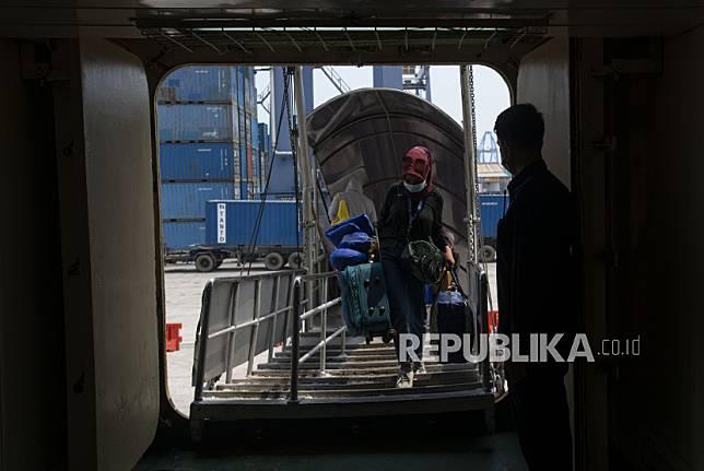 Calon penumpang naik ke dalam KM Doro Londa tujuan Makassar dan Bitung di Pelabuhan Tanjung Priok, Jakarta, Jumat (23/4/2021). Pemerintah memperpanjang masa larangan mudik dari yang semula 6-17 Mei menjadi 22 April - 24 Mei 2021 untuk mencegah penyebaran COVID-19.