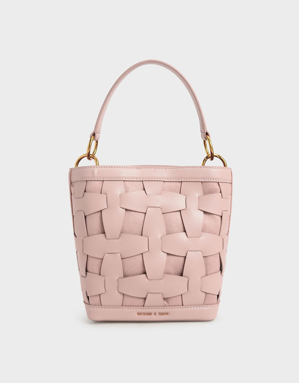 清爽可愛的粉嫩色系翻轉了水桶包款的傳統印象,帶來年輕有活力的清新氛圍,搭配硬質的包身,使得整體風格既活潑又正式!特別適合野餐和踏青時使用,如果想在約會時來點少女風格,更得讓它出場發揮。
